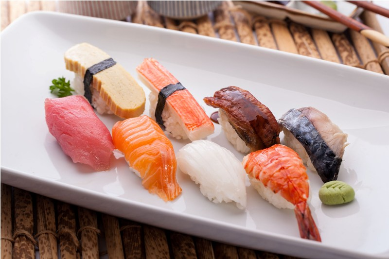 Как имбирь, так и васаби, поданные к блюдам из сырой рыбы, помогают дезинфицировать такую рыбу и сделать ее употребление безопасным для посетителя ресторана.
